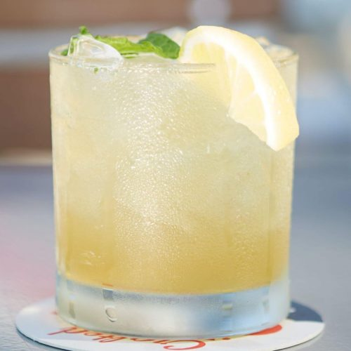 Lynchburg lemonade in a glass garnished with a lemon slice