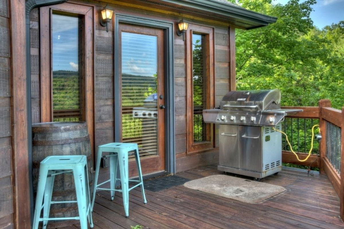 Choctaw Mtn Lodge outdoor grill and seats to chill