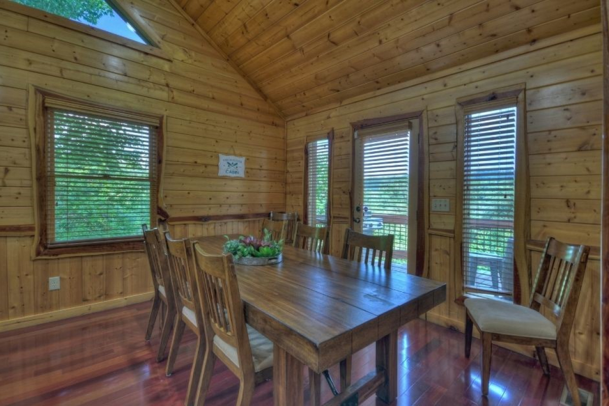 Choctaw Mtn Lodge dining table with seating for 8