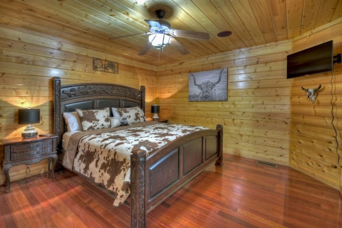 Choctaw Mtn Lodge main suite with king sized bed