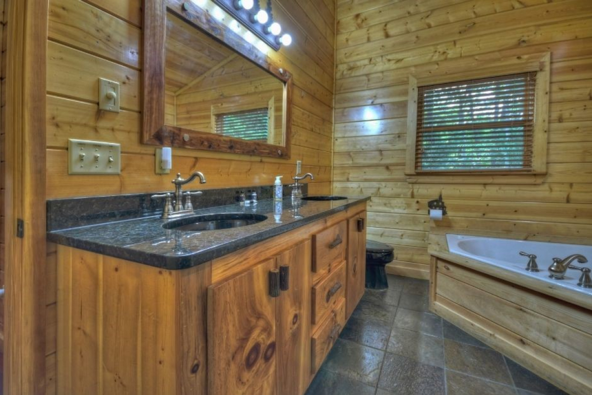 Choctaw Mtn Lodge upstairs bathroom with jetted tub