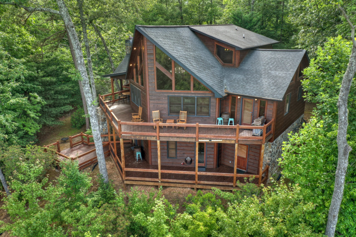 Back view of Choctaw Mtn Lodge with two tiered deck